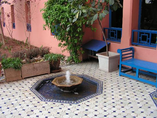 petite fontaine sur la terrasse picture of ibis. Black Bedroom Furniture Sets. Home Design Ideas