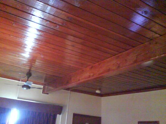 Days Inn Port Huron: The wood ceiling.