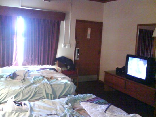 Days Inn Port Huron: Another view of the room including TV.