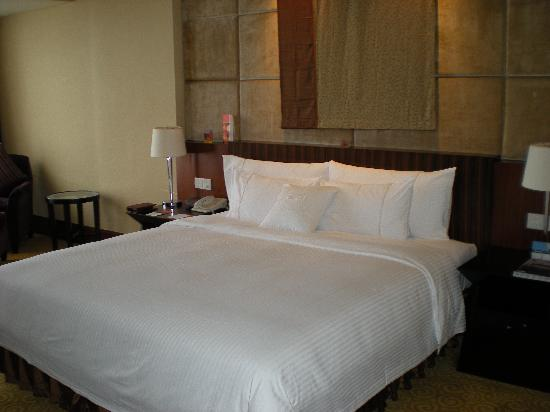 Sheraton Dongguan Hotel: soft bed, thick blank