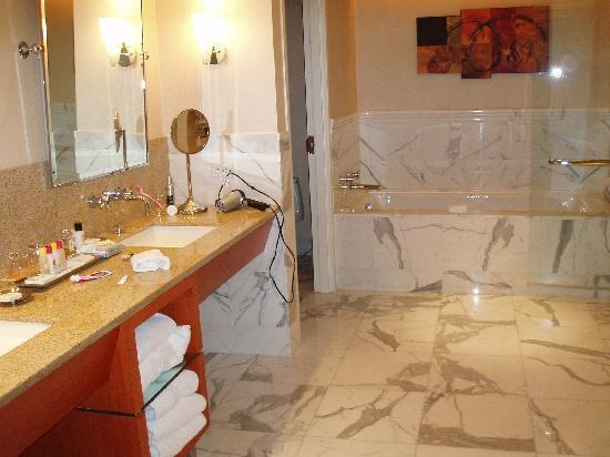 The Water Club by Borgata: BATH ROOM at Borgata