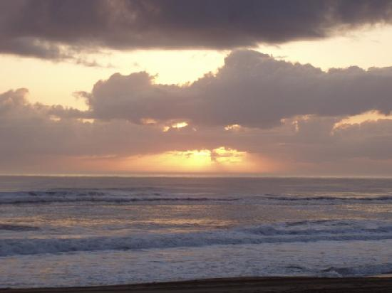 Cavalier by the Sea: Sunrise from motel baech