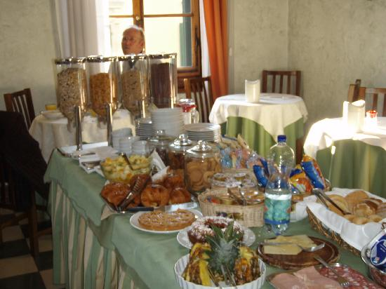Hotel Giglio: Tasty breakfast buffet each morning.