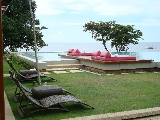 Amorita Resort: deck chairs and the infinity pool
