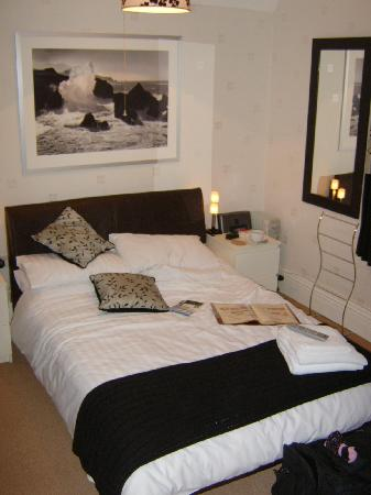 Acorn Lodge Harrogate: Double bed in our room - very comfy!!!!