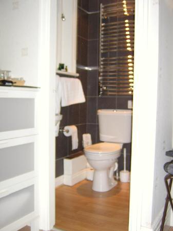 Acorn Lodge Harrogate: The en suite - shower, toilet & basin - just right :)
