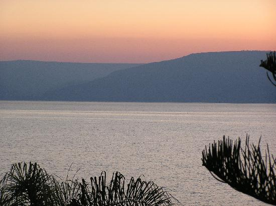 Ron Beach Hotel: sunrise over the Sea of Galilee from room 335
