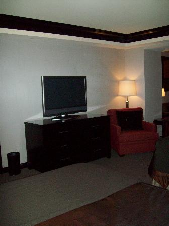 Ameristar Casino Resort Spa St. Charles: Ameristar room 2504 dresser and tv in bed area
