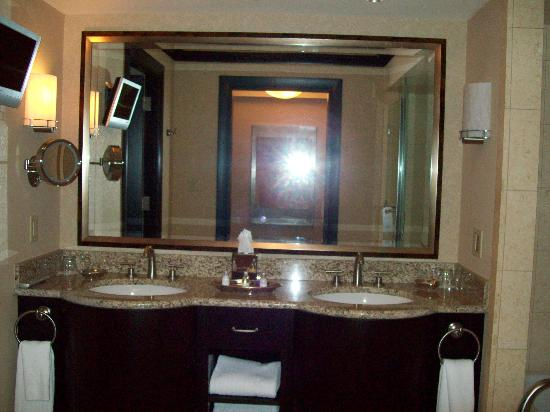 Ameristar Casino Resort Spa St. Charles: Ameristar room 2504 - double sinks