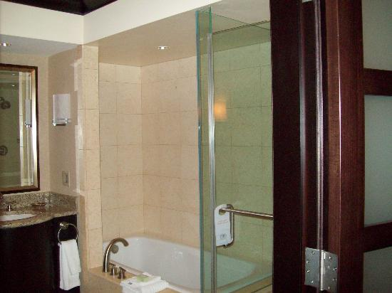 Ameristar Casino Resort Spa St. Charles: Ameristar room 2504 - soaking tub and shower