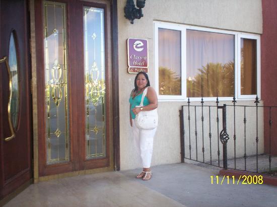 Clarion Hotel & Suites Curacao: Yo en la entrada del Hotel Clarion
