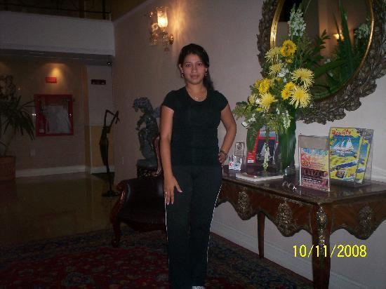 Clarion Hotel & Suites Curacao: Mariana en el lobby del hotel