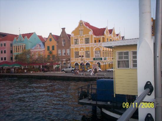 Clarion Hotel & Suites Curacao: Vista desde el puente,Casa Penha