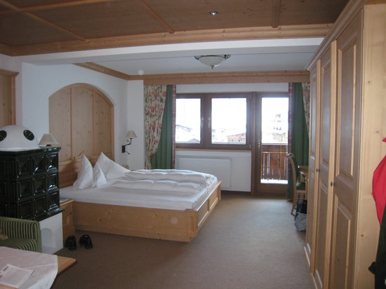 Hotel Alpenhof Hintertux: Chambre avec poelle carrelé