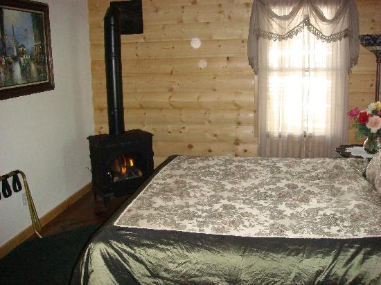Elkwood Manor Bed & Breakfast: Another view of the front Miranda Ella room