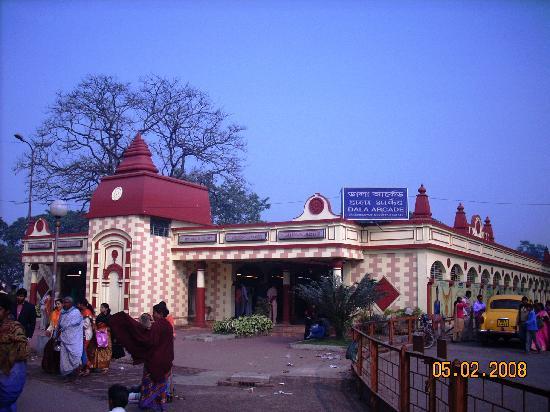 Dakshineswar Kali Temple: Flower market
