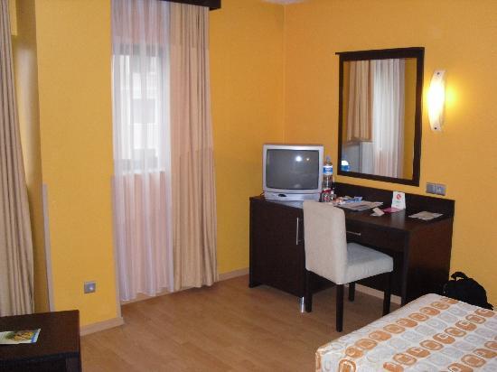 Mim Hotel Istanbul: Zimmerblick mit TV und Hausbar