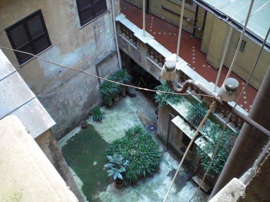 Colosseo Studio Suites :                                     Blick in den Hinterhof, taubenschissig aber ruhig
