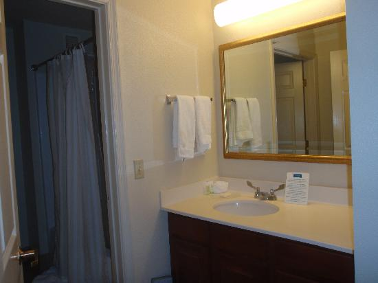 Staybridge Suites Allentown Bethlehem Airport: Bathroom in the bedroom with seperate vanity