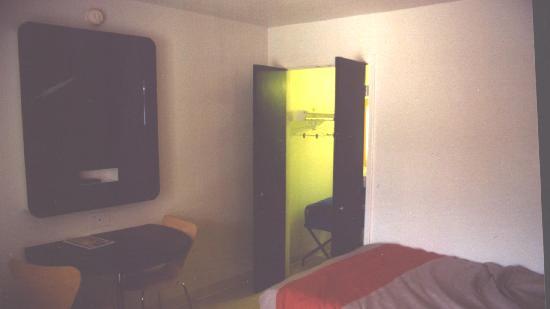 Motel 6 Santa Barbara - Goleta : Flat panel TV, and door to bath
