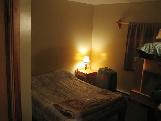 Le Chalet Beaumont : 客室内の様子(左手にバスルーム、右手に2段ベットがあります)