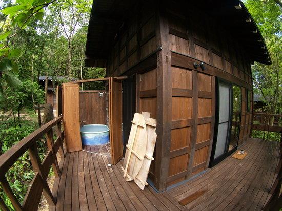 Hirayu Onsen Hirayu no Mori: ベランダ側に掛け流し温泉の風呂があります