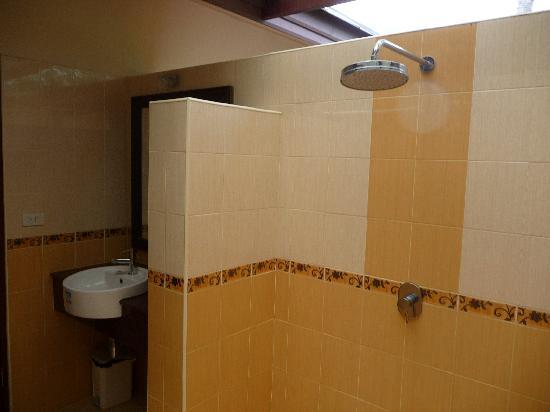 برومتسوك بوري ريزورت: la douche extérieure
