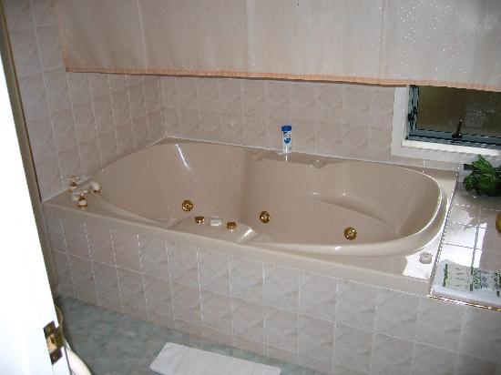 Alcala Motor Lodge: Spa bath - unit 5