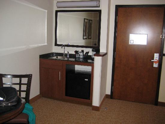 Hyatt Place Greenville: sink/fridge area