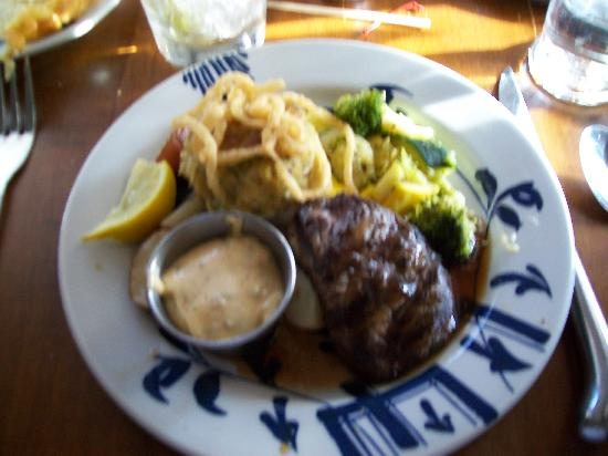 Christiana Campbell's Tavern-Colonial Williamsburg: Fillet and crab cake dinner