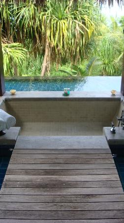 MAIA Luxury Resort & Spa: Bath inside the infinity pool