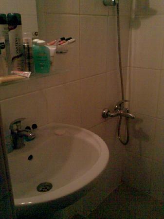Grand Liza Hotel: Das Badezimmer