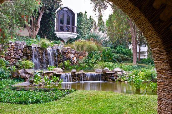Hotel Vista Real Guatemala: Center Garden and Courtyard