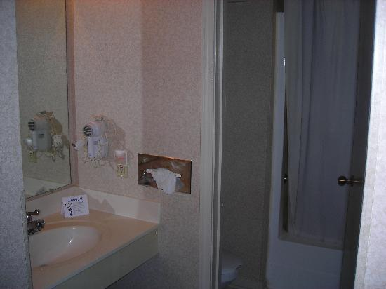 Comfort Inn: Clean bathroom - Sink is outside of room with toilet and shower/bath