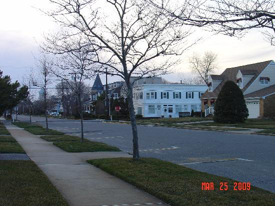 Spring Lake Inn: Showing wide street. Distant turret is the inn.