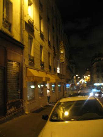 Neuf Hôtel Myrha : Vue de plus haut dans la rue