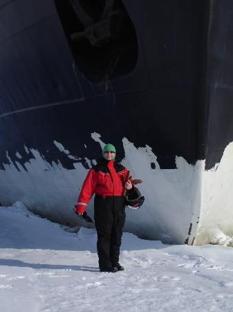 Kemi, Finlandia: Standing next to the ship on the ice