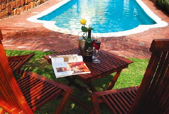 Rhonda's Manor Guest House: Relaxing by the pool