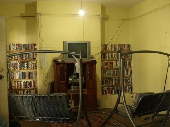 Pirates Backpackers Fremantle: Cool hangout room where you can watch videos