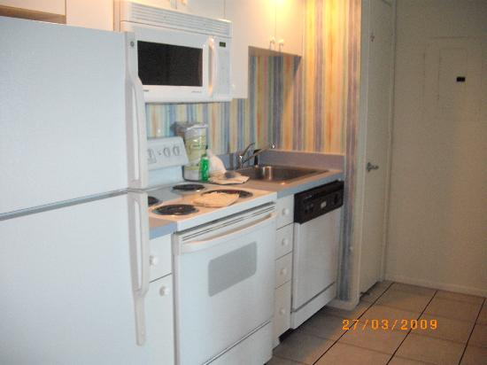 Coconut Palms Beach Resort II: very clean kitchen