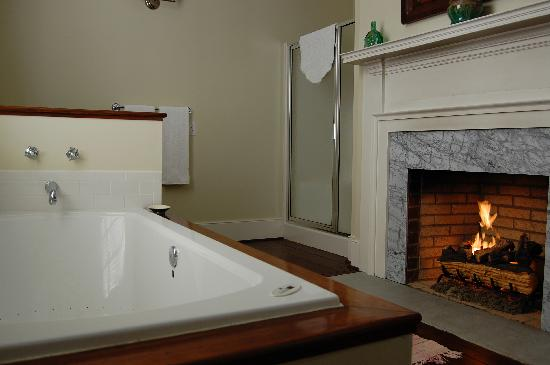 ‪‪Kilburnie, the Inn at Craig Farm‬: Luxurious bath with fireplace‬