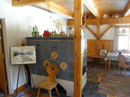 Zahn's Alpine Guest House : Breakfast area with tiled stove