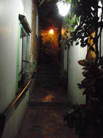 Las Golondrinas: Pasillo de noche