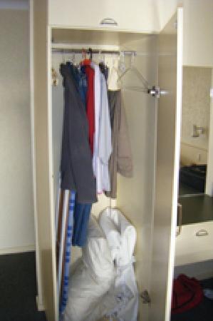 Tamar River Villas: Small wardrobe