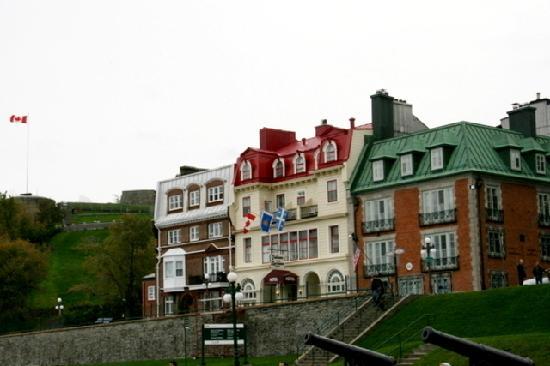 Hotel Terrasse Dufferin: 外観(真ん中がホテル、右が米国領事館)