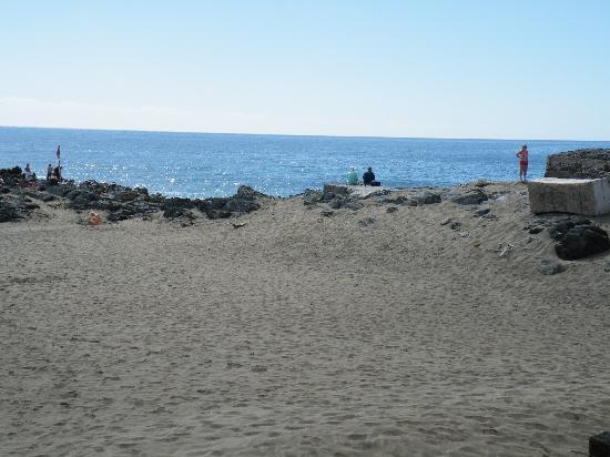 San Agustin Beach Club: Beach 3 steps down from hotel
