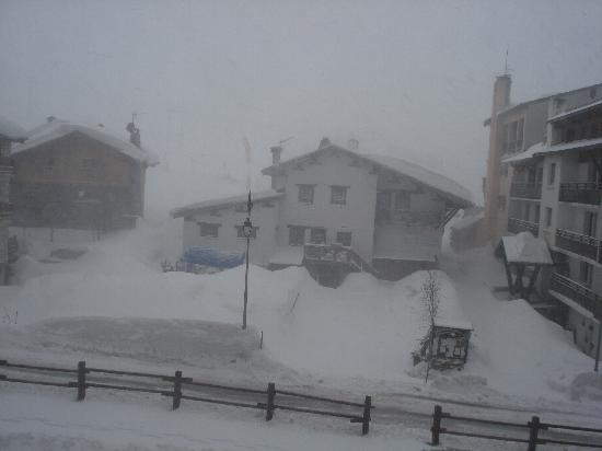 Hôtel L'Aigle des Neiges : Although it was snowing, you can see how close the hotel is to the slopes...