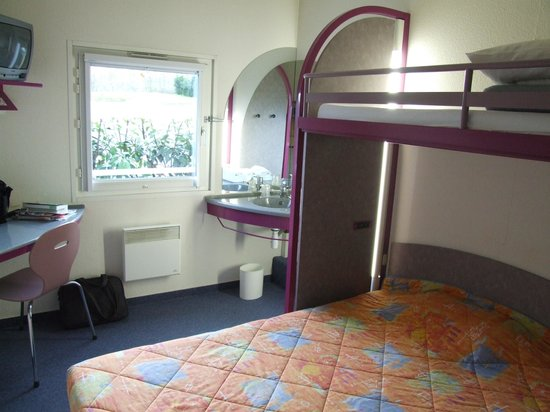 Ibis Budget Carcassonne La Cité: bedroom, bunk for kids above