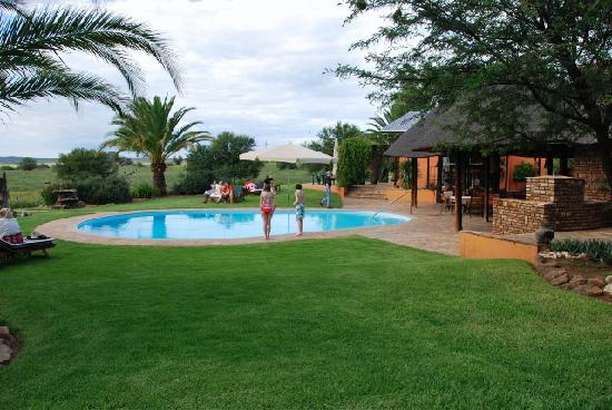 Auas Safari Lodge: Swimming pool and outdoor dining area