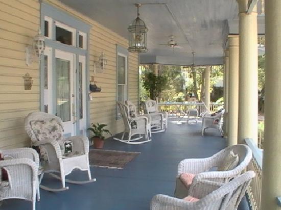 Stanford Inn: Porch